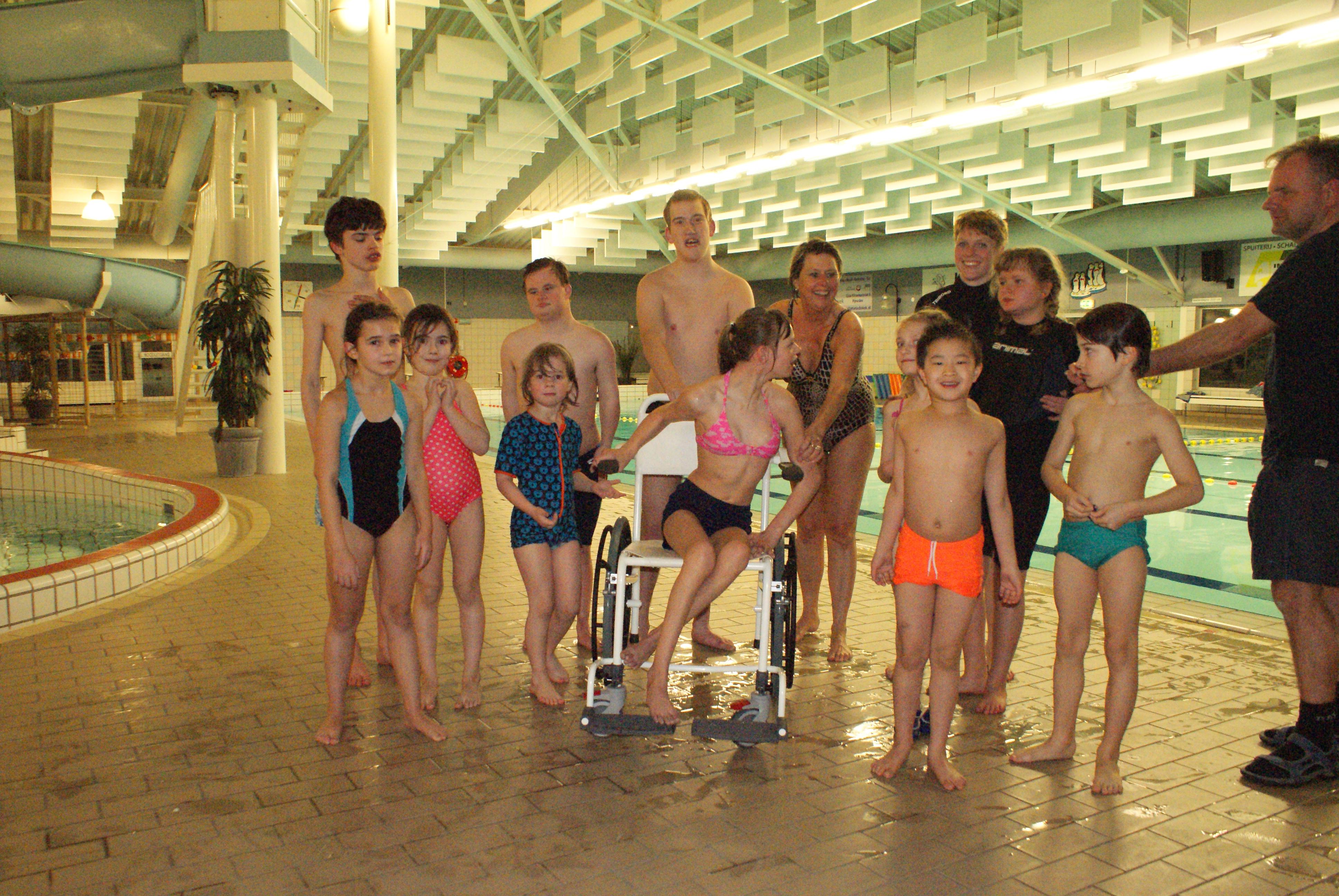 Nieuwe rolstoel cadeau gekregen van Van der Sar Foundation